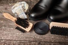 Πολωνική κρέμα, μαύρη μπότα, βούρτσα, και βρώμικο ύφασμα Στοκ εικόνες με δικαίωμα ελεύθερης χρήσης