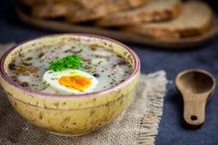 Πολωνική σούπα Πάσχας με τα αυγά και το άσπρο λουκάνικο Στοκ εικόνα με δικαίωμα ελεύθερης χρήσης