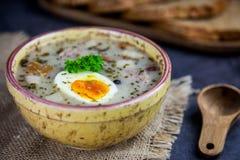 Πολωνική σούπα Πάσχας με τα αυγά και το άσπρο λουκάνικο στοκ φωτογραφία με δικαίωμα ελεύθερης χρήσης