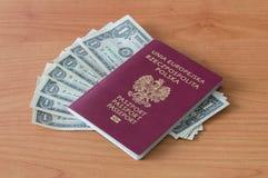 Πολωνικό διαβατήριο με τα τραπεζογραμμάτια ενός δολαρίου Στοκ Εικόνες