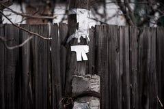 Πολωνός με το κενό έγγραφο που στέκεται κοντά σε έναν ξύλινο φράκτη στοκ εικόνες