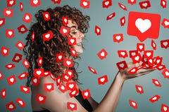 Πολύς κοινωνικός όπως τις καρδιές πετά σε ένα όμορφο κορίτσι στοκ φωτογραφία