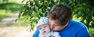 πολύτιμες parenting στιγμές στοκ εικόνα με δικαίωμα ελεύθερης χρήσης