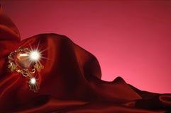 Πολύτιμος λίθος και κόκκινο σατέν Στοκ φωτογραφία με δικαίωμα ελεύθερης χρήσης
