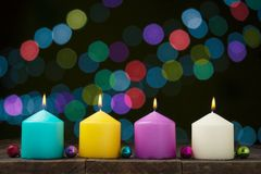 Πολύχρωμα καίγοντας κεριά Στοκ φωτογραφία με δικαίωμα ελεύθερης χρήσης