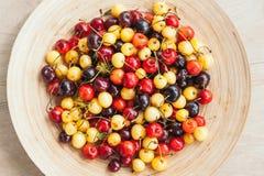 Πολύχρωμα κεράσια στο κύπελλο Άσπρα και κόκκινα κεράσια r Θερινά εποχιακά φρούτα r r στοκ φωτογραφία με δικαίωμα ελεύθερης χρήσης