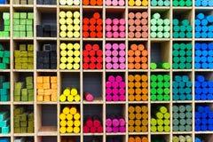 Πολύχρωμα κραγιόνια κρητιδογραφιών στο κατάστημα, άποψη κινηματογραφήσεων σε πρώτο πλάνο Στοκ Εικόνα