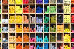 Πολύχρωμα κραγιόνια κρητιδογραφιών στο κατάστημα, άποψη κινηματογραφήσεων σε πρώτο πλάνο Στοκ Εικόνες
