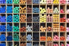 Πολύχρωμα κραγιόνια κρητιδογραφιών στο κατάστημα, άποψη κινηματογραφήσεων σε πρώτο πλάνο Στοκ φωτογραφία με δικαίωμα ελεύθερης χρήσης