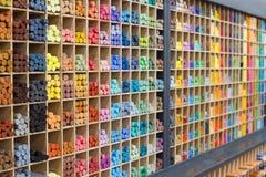 Πολύχρωμα κραγιόνια κρητιδογραφιών στο κατάστημα, άποψη κινηματογραφήσεων σε πρώτο πλάνο Στοκ Φωτογραφία