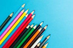 Πολύχρωμα μολύβια σε ένα μπλε υπόβαθρο, δημιουργικότητα των παιδιών στοκ φωτογραφίες