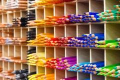 Πολύχρωμα μολύβια στην κινηματογράφηση σε πρώτο πλάνο καταστημάτων τέχνης Στοκ εικόνες με δικαίωμα ελεύθερης χρήσης