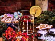 Πολύχρωμα μπισκότα κουπών και Χριστουγέννων γυαλιού στα αστέρια μορφής Στοκ εικόνες με δικαίωμα ελεύθερης χρήσης