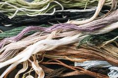 Πολύχρωμα νήματα για το διαγώνιο ράψιμο Στοκ Φωτογραφία