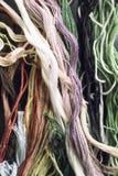 Πολύχρωμα νήματα για το διαγώνιο ράψιμο, macrome, κάθετο πλαίσιο Στοκ Εικόνες