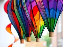 Πολύχρωμα παιχνίδια pinwheel υπό μορφή μπαλονιού Στοκ Εικόνες