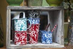 Πολύχρωμα φλυτζάνια και γυαλιά σε ένα ξύλινο ράφι για την πώληση Στοκ φωτογραφία με δικαίωμα ελεύθερης χρήσης