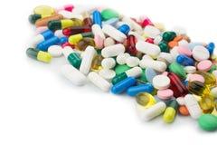 Πολύχρωμες απομονωμένες χάπια και κάψες στην άσπρη επιφάνεια Στοκ φωτογραφία με δικαίωμα ελεύθερης χρήσης