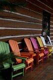Πολύχρωμες καρέκλες adirondack έξω από την καμπίνα κούτσουρων Στοκ εικόνες με δικαίωμα ελεύθερης χρήσης