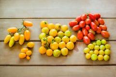 Πολύχρωμες ντομάτες κερασιών στο ξύλινο υπόβαθρο Στοκ φωτογραφία με δικαίωμα ελεύθερης χρήσης