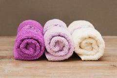 Πολύχρωμες πετσέτες σε ένα ξύλινο υπόβαθρο στοκ φωτογραφία με δικαίωμα ελεύθερης χρήσης