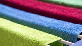 Πολύχρωμες πετσέτες υφασμάτων για την ξήρανση Στοκ εικόνα με δικαίωμα ελεύθερης χρήσης