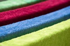 Πολύχρωμες πετσέτες υφασμάτων για την ξήρανση Στοκ Εικόνες
