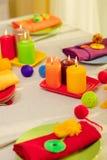 Πολύχρωμες πιάτα και πετσέτες λινού με το πλεκτό ντεκόρ πίνακας στοκ εικόνες