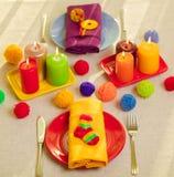 Πολύχρωμες πιάτα και πετσέτες λινού με το πλεκτό ντεκόρ πίνακας στοκ εικόνες με δικαίωμα ελεύθερης χρήσης