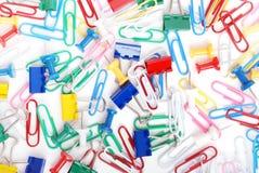πολύχρωμες πινέζες εγγράφου συνδετήρων Στοκ φωτογραφία με δικαίωμα ελεύθερης χρήσης