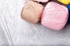 Πολύχρωμες πλέκοντας σφαίρα και βελόνες στο γκρίζο υπόβαθρο Τοπ όψη διάστημα αντιγράφων Πλέκοντας νήμα Στοκ εικόνα με δικαίωμα ελεύθερης χρήσης