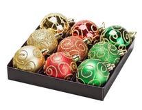 Πολύχρωμες σφαίρες Χριστουγέννων σε ένα κιβώτιο στοκ φωτογραφία με δικαίωμα ελεύθερης χρήσης