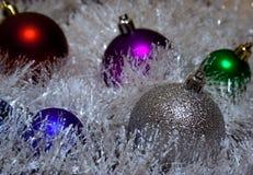 Πολύχρωμες σφαίρες Χριστουγέννων tinsel στοκ φωτογραφία