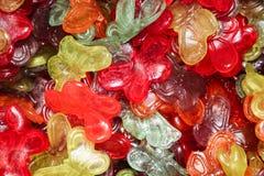 Πολύχρωμες gummy πεταλούδες σε ένα δοχείο στην αγορά στοκ εικόνα