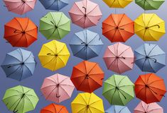 Πολύχρωμη ένωση επίδειξης ομπρελών υψηλή πέρα από μια οδό στην Ιερουσαλήμ Στοκ εικόνα με δικαίωμα ελεύθερης χρήσης