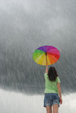 πολύχρωμη βρέχοντας ομπρέλα με τη γυναίκα Στοκ φωτογραφία με δικαίωμα ελεύθερης χρήσης