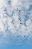 Πολύχρωμη μύγα μπαλονιών στο σαφή μπλε ουρανό με τα σύννεφα Στοκ Φωτογραφίες