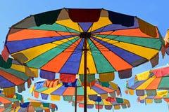 Πολύχρωμη ομπρέλα παραλιών στο υπόβαθρο μπλε ουρανού στοκ φωτογραφίες