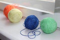 Πολύχρωμη σύγχυση του νήματος για το πλέξιμο χόμπι Φωτογραφία για το Υ στοκ φωτογραφία