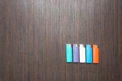 Πολύχρωμοι αναπτήρες σε έναν σκοτεινό ξύλινο πίνακα στοκ φωτογραφία με δικαίωμα ελεύθερης χρήσης