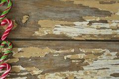 Πολύχρωμοι κάλαμοι καραμελών που τακτοποιούνται στην ξύλινη σανίδα Στοκ εικόνες με δικαίωμα ελεύθερης χρήσης