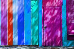 πολύχρωμοι ξύλινοι τοίχος και πόρτα στο σπίτι, Κίεβο, Ουκρανία Στοκ φωτογραφίες με δικαίωμα ελεύθερης χρήσης