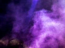 Πολύχρωμος καπνός στη συναυλία τη νύχτα στοκ εικόνα