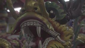 Πολύχρωμος κινεζικός δράκος στον κινεζικό ναό απόθεμα βίντεο