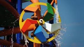 Πολύχρωμος κύκλος υπό μορφή μύλου που περιστρέφει με το νερό κίνηση αργή κλείστε επάνω απόθεμα βίντεο