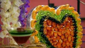 Πολύχρωμος πίνακας μπουφέδων με φρούτων τις γλυκές διακοπές έννοιας μορφής καρδιών σχεδίου τροφίμων διακοσμήσεων πιάτων όμορφες απόθεμα βίντεο