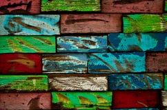 πολύχρωμος τοίχος ξύλιν&omicron Στοκ εικόνα με δικαίωμα ελεύθερης χρήσης
