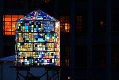 Πολύχρωμο γλυπτό πύργων νερού στο Μπρούκλιν Στοκ Φωτογραφίες