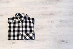Πολύχρωμο ελεγμένο να βρεθεί πουκάμισων γυναικών ` s που διπλώνεται τακτοποιημένα σε ένα λ Στοκ φωτογραφία με δικαίωμα ελεύθερης χρήσης