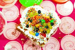 Πολύχρωμο κέικ Επιδόρπιο Στοκ Εικόνα